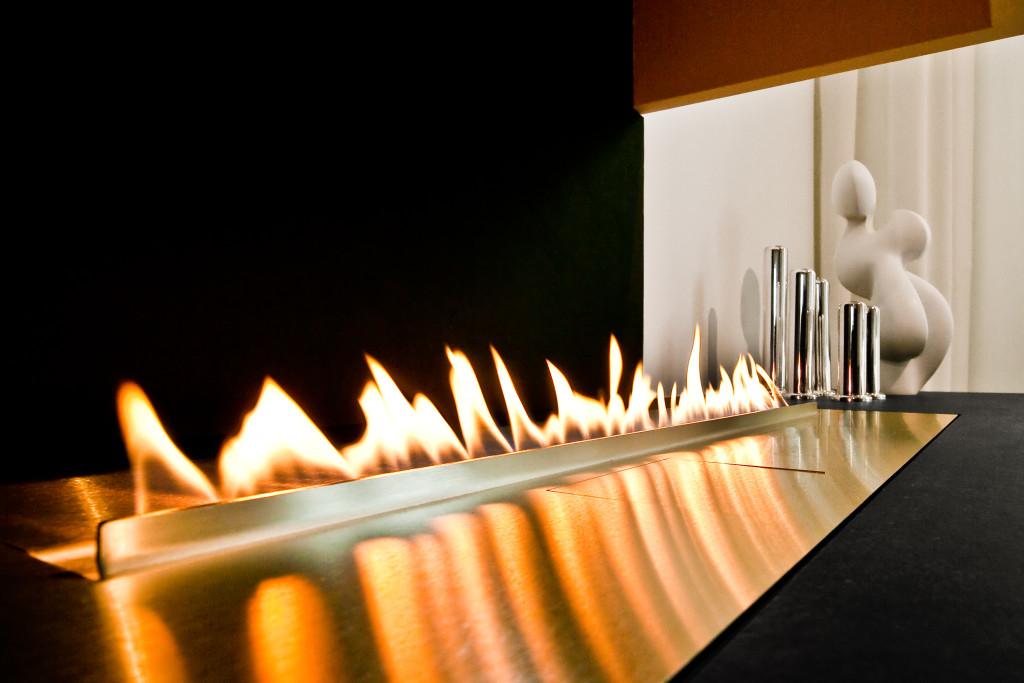 Das regulierbare Flammspiel passt hervorragend zum geradlinigen Ambiente