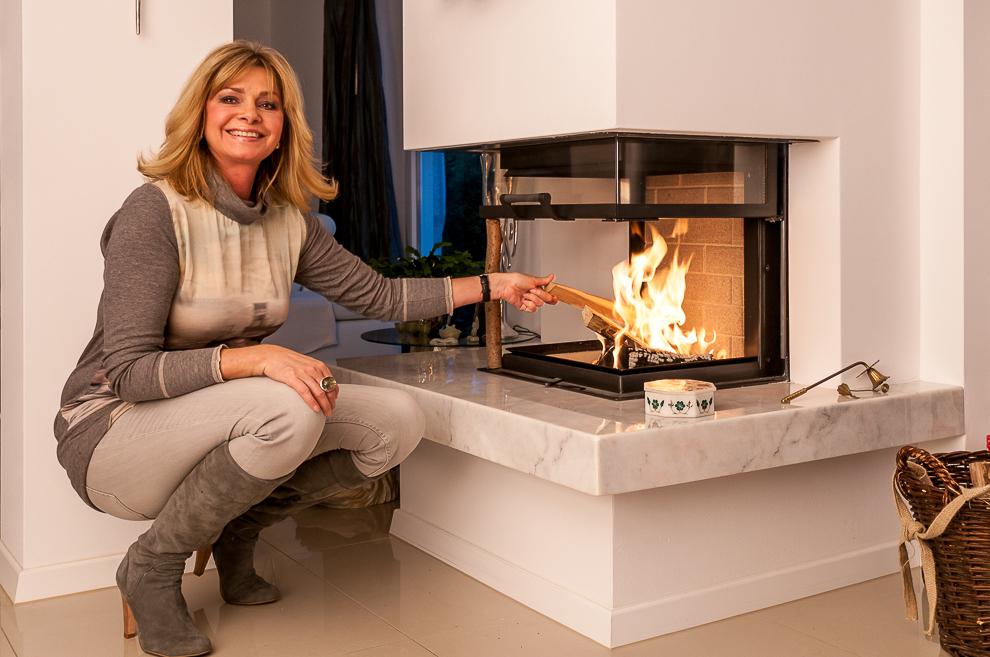 Maren Gilzer zeigt keine Angst vor dem Feuer.
