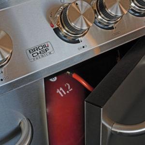 Stabile Türen und Platz für eine 11-kg-Gasflasche im Broilchef Paramount